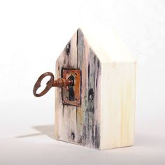 Lock house key block Scrap Wood Crafts, Barn Wood Crafts, Casas Country, Wood Pallet Art, Diy Wood, Roof Shapes, Dollar Tree Decor, Wood Carving Designs, Beach Wood