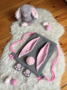 Rucksack als Hase, Schlappohren und Pfoten, Turnbeutel Backpack as a hare, floppy ears and paws, gym bag