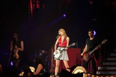 """Taylor Swift performs """"Mean"""" live on The Red Tour 
