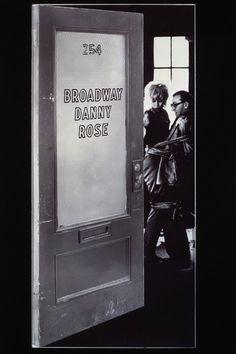 Broadway Danny Rose escrita y dirigida por Woody Allen. Un restaurante de Broadway es el centro de reunión de un grupo de actores que intercambian viejas anécdotas sobre el mundo del espectáculo. Conforme la conversación avanza, recuerdan a Danny Rose, el representante de algunos de los artistas más desastrosos del gremio, el cual, en una ocasión, llegó a jugarse la vida para relanzar la carrera de un cantante pasado de moda.