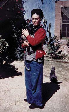 Frida Kahlo avec son singe et son chat