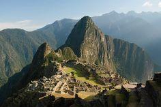 O cartão postal mais famoso de Machu Picchu logo pelo amanhecer.