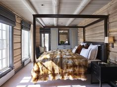 that blanket tho Krista Hartmann Interior, Norway Mountain Interiors, Weekend House, Home Decor Bedroom, Lodge, Wood House Design, Modern Log Cabins, House In The Woods, Winter House, Rustic Bedroom