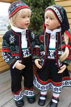Ola og Paula i strikket bunad 012 (Medium). Clay Dolls, Doll Toys, Norwegian Christmas, Toddler Dolls, Vinyl Dolls, Folk Costume, Ethnic Fashion, Traditional Outfits, Kids And Parenting
