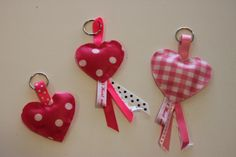 DIY Keyrings, lovely hearts - hartjessleutelhangers van tafelzeil