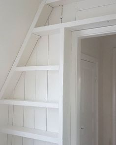 Nu är min bokhylla grundmålad en gång och målad en gång 😍📚 Kanske blir en strykning till innan jag är helt nöjd 😘 Gissa om jag längtat tills lilla hallen innanför är tapetserad också!? 💚 #hemma #hemmahosmig #myhome #hemljuvahem #homesweethome #minvråavvärlden #renovering #bokhylla #måla #platsbyggd