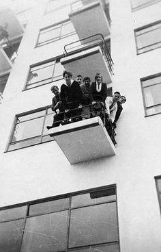 Bauhaus heads on a balcony of the Atelier building Dessau. Art Bauhaus, Bauhaus Style, Bauhaus Design, Bauhaus Textiles, Casa Mix, Stonehenge, International Style Architecture, Moholy Nagy, Walter Gropius