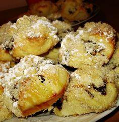 Buchtičky z kysnutého prekladaného maslového cesta, naplnené skvelou plnkou z maku, jabĺčka, hrozienok a slivkového lekváru....husto zasypané posýpkou. Jednoduché a šťavnaté.... Czech Recipes, Russian Recipes, Shortbread, Christmas Baking, Sweet Recipes, French Toast, Deserts, Muffin, Goodies