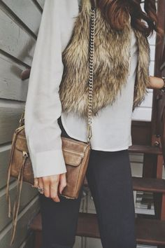 💜 Brown fur vest, grey top, black skinny pants, camel crossbody bag