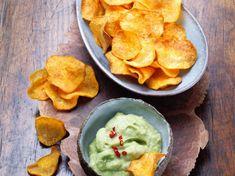 Chips de patates douces et guacamole Guacamole Chips, Vegetarian Recipes, Healthy Recipes, Healthy Food, Snacks Für Party, Vegan Life, Nachos, Sweet Potato, Chili