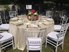 Chiavaris blancas, hortensias rosas, mesa de boda, Finca la Concepción