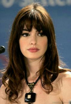 Anne Hathaway's Beauty Makeover - Peinados Anne Hathaway Haircut, Anne Hathaway Makeup, Anne Hathaway Style, Beauty Makeover, Long Hair With Bangs, Brown Hair Bangs, Hairstyles With Bangs, Bangs Hairstyle, Braid Hairstyles