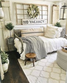 Guest Bedroom Makeover Farmhouse Guest Bedroom Makeover - Visit for more decrating ideas.Farmhouse Guest Bedroom Makeover - Visit for more decrating ideas. Salon Shabby Chic, Shabby Chic Homes, Shabby Chic Guest Room, Shabby Chic Office, Chic Living Room, Living Room Decor, Living Rooms, Apartment Living, Cozy Apartment