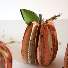 Today I am sharing with you a great eco-friendly project for you fall decor, using old book pages or music sheets. It came to mind when I ran across this paper sphere garland I shared with you las. Fall Crafts, Holiday Crafts, Easy Halloween Decorations, Pumpkin Decorations, Book Page Crafts, Beeswax Food Wrap, Craft Tutorials, Diy Projects, Craft Ideas