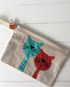 Terrific Absolutely Free sewing bags cat Tips At HomeCatVar - Two Cats - Portfolio bag, Free Motion Embroidery, Hand Embroidery, Machine Embroidery, Fabric Bags, Fabric Scraps, Sewing Crafts, Sewing Projects, Cat Crafts, Sewing Tutorials