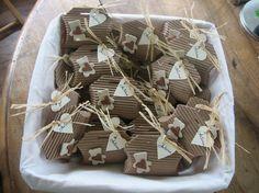 Boîte à dragées baptême garcon beige et brun et marque place assor