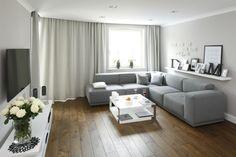Właściciele małego mieszkania chcieli, aby było nowoczesne, ale jednocześnie przytulne. W efekcie powstało piękne, szare wnętrze, ocieplone drewnem.