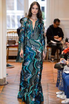 Alberta Ferretti evita ousadia na estreia na alta-costura - Vogue | Desfiles