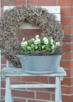 Easter decorations for outdoors or how to decorate your outdoor area for Easter - Fresh ideas for the interior, decoration and landscape - White pansies and fresh green - Indoor Gardening Supplies, Container Gardening, Decoration Entree, Deco Floral, Easter Wreaths, Pansies, Spring Flowers, Beautiful Gardens, Flower Pots