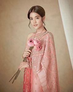 """ถูกใจ 462 คน, ความคิดเห็น 2 รายการ - MAEW Tasanapong (พี่แมว) (@maew_makeup) บน Instagram: """"สาวชาววังไทยโบราณ สวยหวานดูเป็นกุลสตรีผู้หญิ้งผู้หญิง.. @apinnya @makeupby_maew @kengi_kengi …"""""""