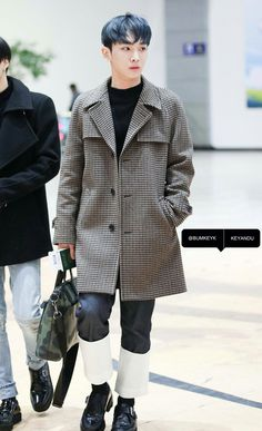 Key (키) of SHINee (샤이니) at the airport.