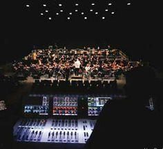 Virtual Sound check pour l'ONL: Le Nouveau Siècle est la salle qui accueille l'Orchestre National de Lille, dirigé par Jean-Claude Casadesus. Il compte plus d'une centaine de musiciens et effectue de nombreuses tournées en France ou à l'étranger. Frédéric Blanc Garin est régisseur de la salle, responsable de la sonorisation des événements, de la conception des designs sonores et des nouvelles technologies.