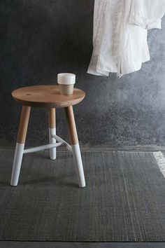 Pimpelwit : dark concrete wall combined with wooden stool - white deco Dipped Furniture, Wooden Furniture, Furniture Design, Painted Stools, Wooden Stools, Banco Ikea, Paint Dipping, Spring Home, Spring Summer