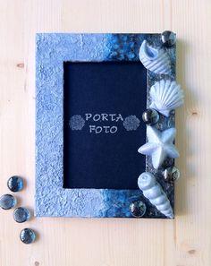 """Cornice portafoto """"I tesori del mare"""". In legno lavorato a stucco e con tecnica """"my old""""; decorato con perle di vetro e gessetti dipinti. Per foto cm.10x15"""