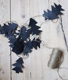 90 Scandinavian Christmas decorating ideas for the ultimate hygge feeling at home, make a simple garland scandinavian christmas decoration. Christmas Tree Garland, Noel Christmas, Outdoor Christmas, All Things Christmas, Winter Christmas, Christmas Tree Decorations, Christmas Crafts, Xmas, Diy Christmas Room Decor