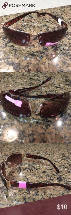 UV protectant Brown & black sunglasses 😎 Super cute Brown & Black sunglasses 😎UV Protection. Lightweight and perfect for summer. Frameless- with gold trim on the sides. Accessories Sunglasses