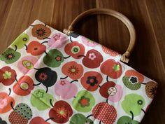 Süße Einkaufstasche mit Apfeldruck aus Baumwollstoff und mit Holzgriffen.