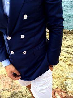La plage de Galéria, entre mer et montage, est une source d inspiration  sans fin pour un look été. Rendez-vous sur Blandindelloye.com  costumes   homme ... 50020aea6540