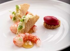 Raw and cooked Sicilian prawns, crunchy amaranth, taggiasca olive oil, and beet ice cream: fine ingredients combined with technical skill.