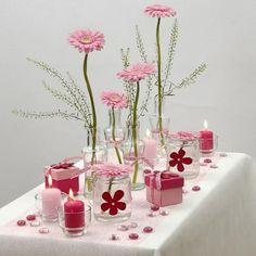 Hvid og rosa borddækning med Happy Moments