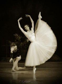 Svetlana Zakharova and Vlad Lantratov in Giselle. Photo by Alexander Neff / My FAV ballet! Svetlana Zakharova, Ballet Poses, Ballet Dancers, Tumblr Ballet, La Bayadere, Misty Copeland, Ballerina Dancing, Bolshoi Ballet, Russian Ballet