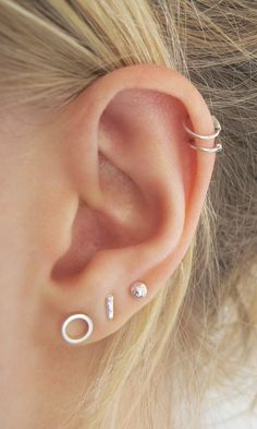 Trending Ear Piercing ideas for women. Ear Piercing Ideas and Piercing Unique Ear. Ear piercings can make you look totally different from the rest. Pretty Ear Piercings, Ear Peircings, Three Ear Piercings, Female Piercings, Piercing Double Helix, Ear Jewelry, Jewelery, Cute Jewelry, Jewelry Ideas
