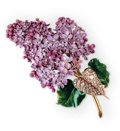 "Broche ""Lilas"" par Mellerio en or, émail et diamants (1862) à l'exposition ""Spectaculaire Second Empire"" du Musée d'Orsay, novembre 2016."