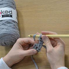 Comment faire une housse de pouf en crochet - Marie Claire Knitted Pouf, Diy Crochet, Projects To Try, Marie Claire, Crafts, Craft, Ideas, Crochet Pouf, Sewing Patterns