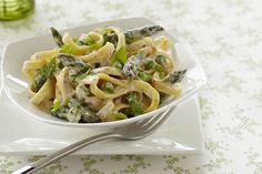 Envie d'un plat de pâtes à la sauce crémeuse? Prête en 20 minutes, cette recette super-facile tire sa saveur printanière des asperges et du basilic frais.