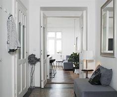 Vstupní chodba je dostatečně prostorná. Nabízí místo k usednutí, které vzniklo využitím samostatného modulu – části sedací soupravy umístěné v obývacím pokoji.