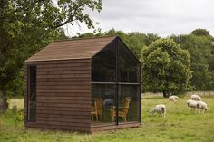 Now that would be a great shed office. Shed / Paul Smith + Nathalie de Leval. Micro House, Tiny House, Paul Smith, Co Design, House Design, Studio Shed, Loft Studio, Pallet Shed, Small Places