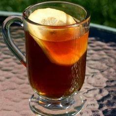 Заварить в керамическом чайнике чай и измельченную гвоздику. Дать настояться в течение 4–5 минут, размешать и процедить через ситечко.