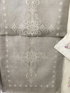 Jacobean Embroidery, Embroidery Art, Machine Embroidery Designs, Embroidery Patterns, Blue Shabby Chic, Lotus Design, Cross Stitch Borders, Christmas Embroidery, Bargello