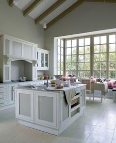 Cocina con isla, encimera de granito y office frente al ventanal