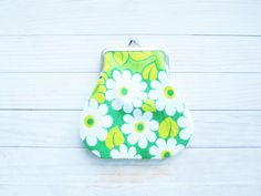 Kiss lock coin purse wallet pouch clip frame flowers daisy leaves vintage retro printed cotton grass lime green white cotton green lining by poppyshome on Etsy