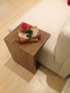 Uma mesa de apoio para a lateral do sofá é fundamental. Esta projetada pela arquiteta Pricila Dalzochio encaixa certinho no sofá. Esta mesa serve de apoio de copos, controles, livros, etc. Projeto e fotografia da arquiteta Pricila Dalzochio. Floating Nightstand, Home Projects, Table, Furniture, Home Decor, Sideboard Table, Decorating Ideas, Tv Rooms, Living Room