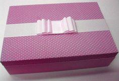 Caixa de madeira forrada de tecido pink com poá branco e acabamento com fita de gorgurão. Dentro você poderá colocar maquiagens, bijouterias, jóias, tictacs e presilhas. R$ 60,00
