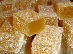 Pâtes de fruits à la pomme - 330 g de purée de pommes - 330 g de sucre en poudre - 1 cuillère à soupe de jus de citron - 4 g d'agar-agar - Sucre cristal