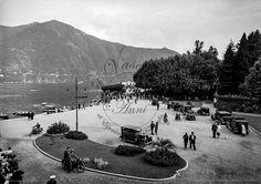 La riva a lago di Cernobbio - 1935 Ripresa dall'Hotel Miralago di Cernobbio,una fotografia animata di una delle rive più belle del lago di Como, la passeggiata di Cernobbio con auto e persone dell'epoca e sullo sfondo il pontile per i battelli in stile liberty.