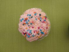 Heel simpel, cupcake met icing, strooisel en schuimkruimels.